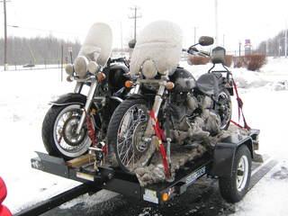 Transporter sa moto sur une remorque ouverte en hiver